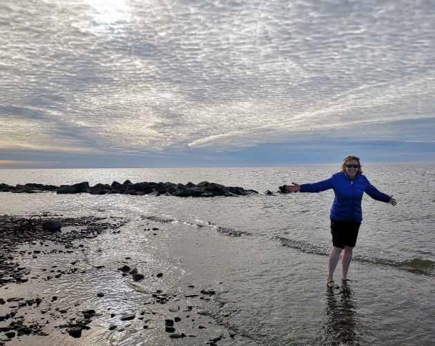 Sharon gets her feet wet in the Arctic Ocean, the water is freezing!
