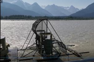Operating fishwheel on Chilkat River